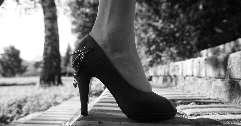 Девушка в высоких каблуках