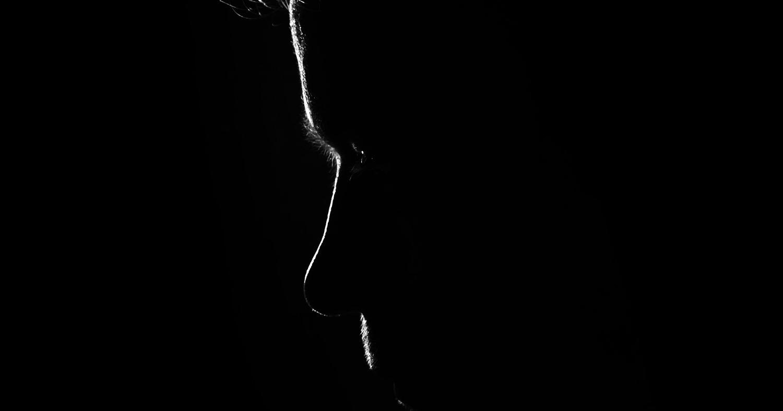Мужчина, темнота