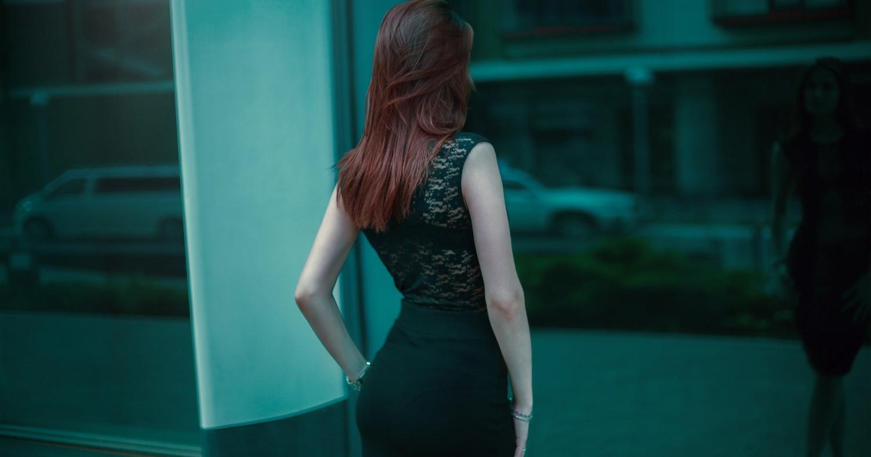 Женщина в чёрном строгом костюме