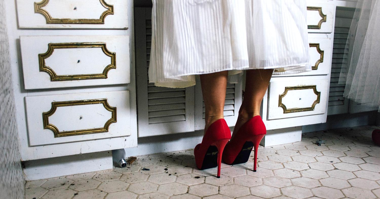 Девушка в красной обуви