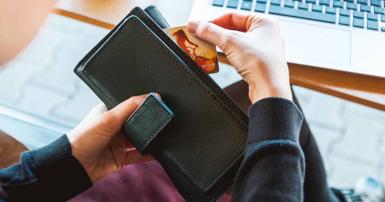 Девушка, кошелёк, пластиковая карта